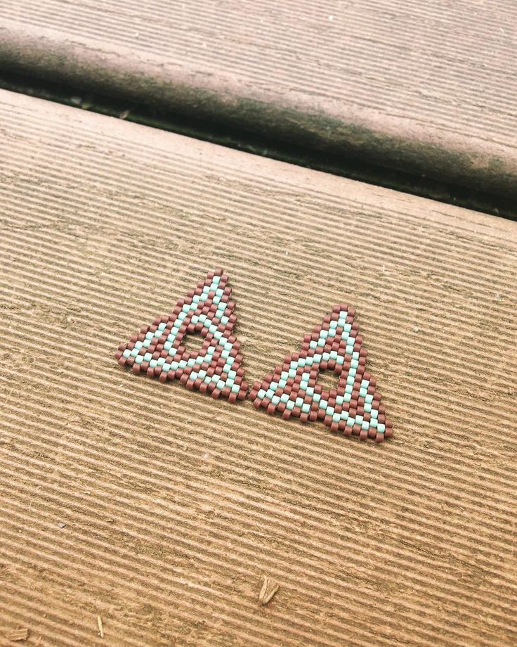#celtic #bohemianstyle #brickstitch #celtictriangle #earrings #craftsofinstagram #peyotestitch