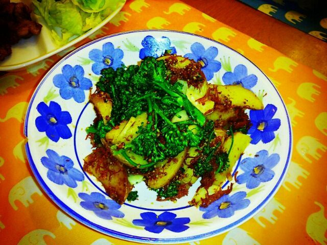 今日の晩御飯 (❁´ ︶ `❁)*✲゚*  ☆ポテトとコンビーフのマスタード炒め  コンビーフの日ってあるんだぁと思っていたら 缶詰めを見つけ、新じゃがいもとブロッコリーと 炒めました~ちょっと一杯にいいかも~♪ - 60件のもぐもぐ - ポテトとコンビーフのマスタード炒め by samansayukiyuki