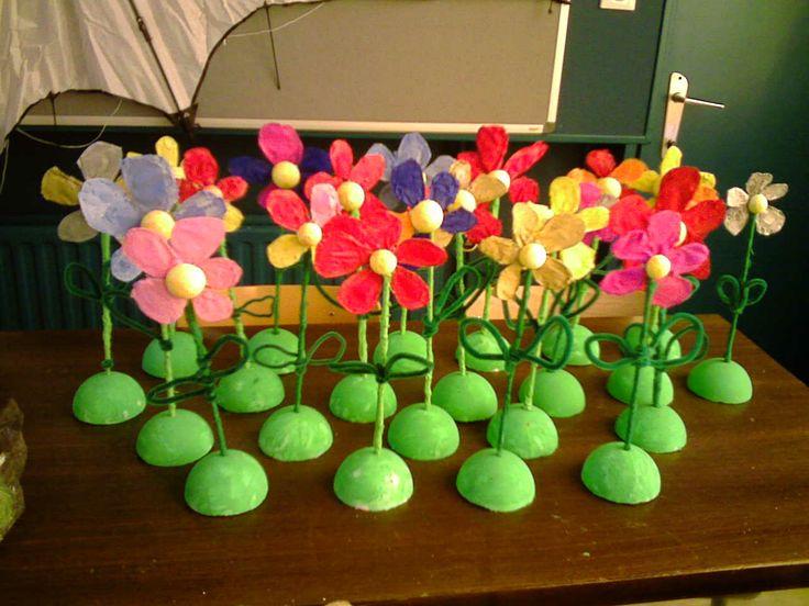 Moederdag: Dit werkje maakte ik enkele jaren geleden met de kinderen van het 2de leerjaar. Een bloem uit ijzerdraad en afgewerkt met crêpepapier
