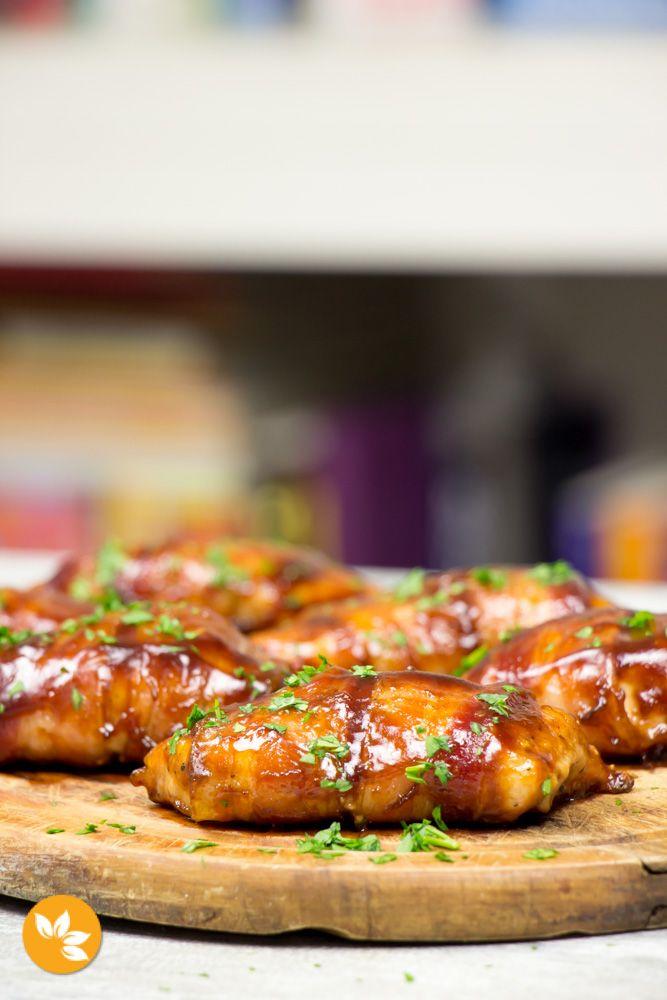 Receita fácil de Peito de Frango enrolado com Bacon e coberto de Molho Barbecue.