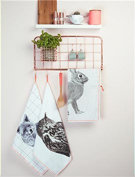 Küchenregal Kleines Küchenregal mit einem süßen Drahtkörbchen und fünf Haken für allerhand Küchen Krimskrams. Das Regal ist Kupfer beschichtet