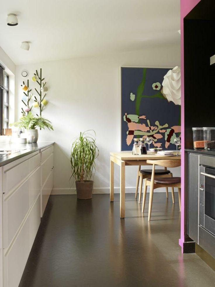 Det fargerike bildet på veggen er laget av Martin Martiniussen, og bringer fram smilet selv under en hektisk frokost. Lampen er fra Le Klint, Ruts Design. Bordet Markaryd er designet av Håkan Johansson. Stolene CH20 er designet av Hans J. Wegner. På gulvet er det lagt linoleum fra Forbo, et naturlig og gjennomfarget materiale som kan slipes. Dessuten er det lett å rengjøre og godt å gå på.