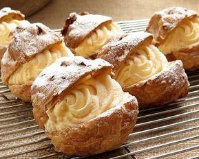Una deliziosa crema a base di mandorle con cui farcire bignè, pasticcini o dolci da forno.