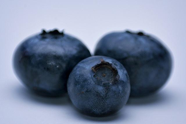 Blueberries / Bleuets by Microcontroleur, via Flickr