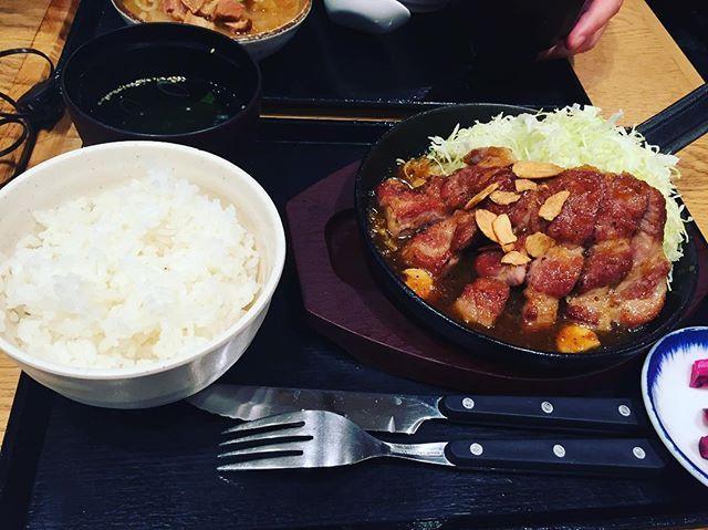 . ちょっと遅めの #お昼ご飯 🍴✨. . これから #disney 🎄 . . #東京駅 #トンテキ #肉 #美味しい #美味しいよ #おすすめ #飯テロ  #instafood  #foodgram  #yummy #❤️