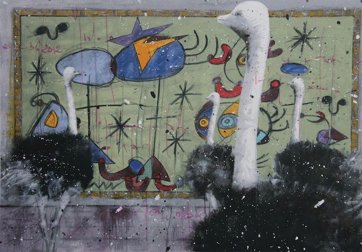 Nelle tele di Angelo Accardi, il tran-tran della vita cittadina è squarciato da un elemento simbolico posto in grande evidenza, come potete osservare, uno struzzo, che diventa la chiave per interpretare l'opera. L'animale, altro non è che ciascuno di noi. Siamo noi, creature variegate e uniche, ad essere fuori posto nella città che impone la standardizzazione.