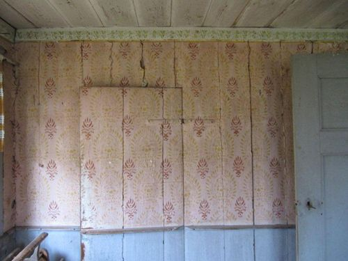 Stencilled walls in an old Swedish house where no one has lived for 50 years. Byggnadsvård | Mitt Universum