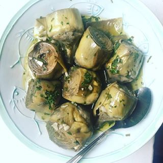 Found some californian #artichokes at my #traderjoes and couldn't resist: i slowcooked them roman style with olive oil, garlic, parsley and mint (recipe from my favorite roman cleaning lady :). Pure amarcord! #feedfeed #f52grams #yummm #italianfood #nycfoodie #eatyourveggies #oliveoil #mediterraneanfood