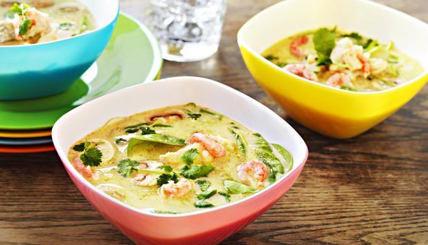 Tycker du om att prova nya smakkombinationer? Den här läckra soppan med grön curry och torsk är spännande och smakrik.