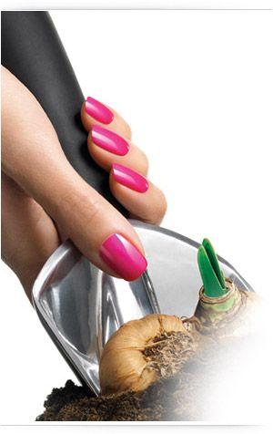 Si necesita servicios de manicura Shellac puede confiar en nosotros. Esta técnica mantiene el color elegido en las uñas hasta dos semanas sin levantarse.