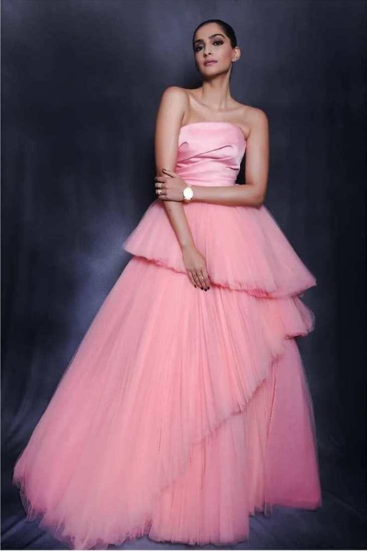 Sonam Kapoor Again Wears Our Favorite Colour Combination | Sonam kapoor  fashion, Indian gowns dresses, Colourful outfits