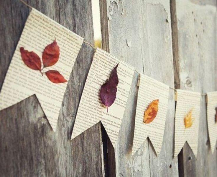 Laat de bladeren drogen tussen een dik boek. Knip daarna bladzijdes uit een oud boek, vouw ze dubbel en knip in een vaantjesvorm. Plak elk gedroogd blad nu op een vlaggetje. Vouw de vlaggen over een touw en lijm de binnenkanten aan elkaar.  Bron: simpleasthatblog.com