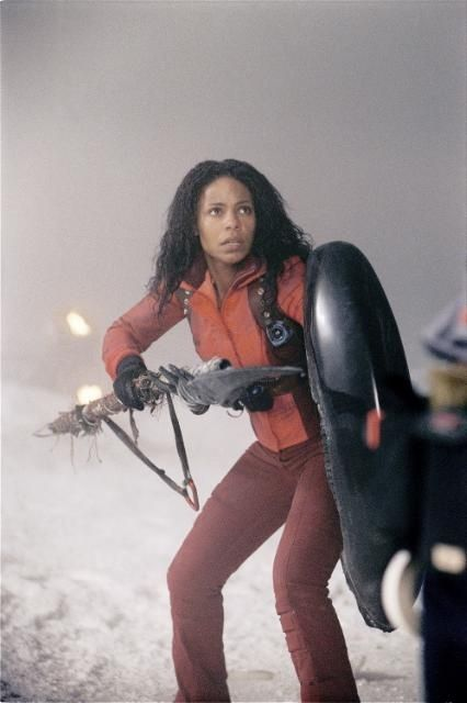 Sanaa Lathan stars as a well trained explorer and guide Alexa Woods fighting Aliens as an honorary Predator in the movie AVP: Alien vs. Predator. She BAD!