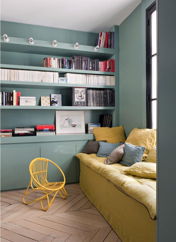 Кабинет. Стены окрашены в нежный бирюзовый цвет. Диван, изготовленный по эскизам Double G, может использоваться в качестве дополнительного спального места. Лакированные книжные полки освещены рядом ламп, Merci.
