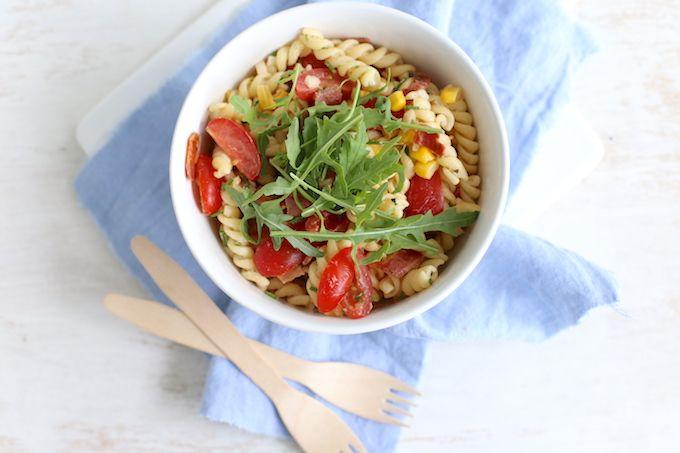 Deze pastasalade met maïs is echt heerlijk en kun je eten als lunch, hoofdgerecht of bijgerecht bij de barbecue of picknick.