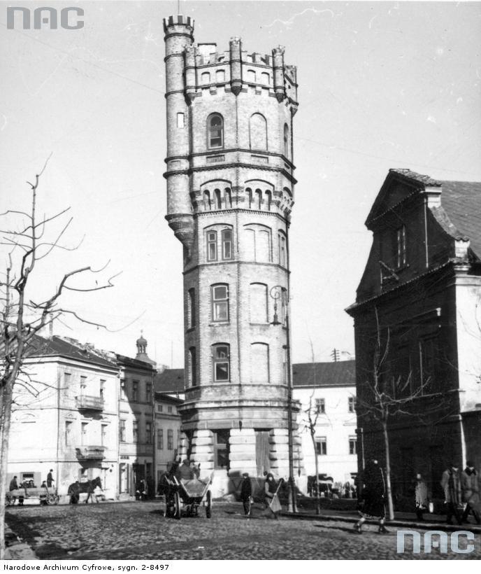 Lublin 1941. Wieża ciśnień, która stała na dzisiejszym Placu Wolności. Podczas walk o Lublin, sowieckie pociski tak ją podziurawiły, że trzeba było ją rozebrać. Obecnie, w tym miejscu stoi miniaturka wieży.