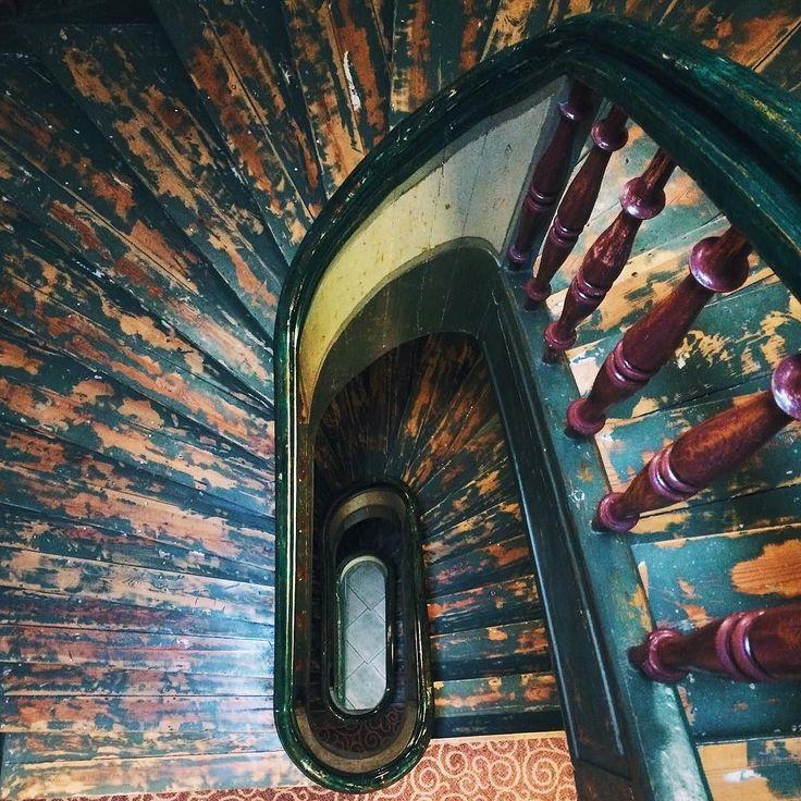 Я очень люблю когда лестницы в домах деревянные. Это в сто тысяч раз уютнее чем каменные лестницы. К тому же со временем с них слезает краска и они становятся такими благородно-обшарпанными  #suitcasetwohats #maminstaircases #worldneedsmorespiralstaircases by the.qwerty