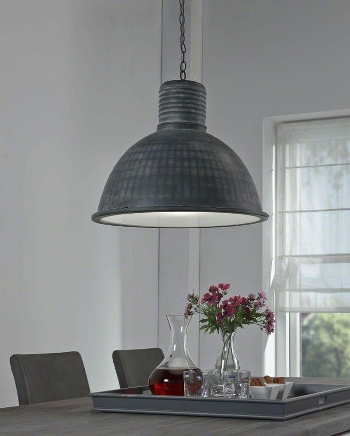 Een robuuste hanglamp die meteen je aandacht trekt. De Hanglamp Bowen is een echte blikvanger die mooi tot zijn recht komt boven je eettafel. De hanglamp behoort tot de nieuwste collectie van het merk Davidi Design en is met veel passie ontworpen.  De Hanglamp Bowen hangt met een ketting aan het plafond wat de industriële look compleet maakt. De lampenkap is grijs uitgevoerd waardoor je de hanglamp met diverse stijlen en kleuren kunt combineren.