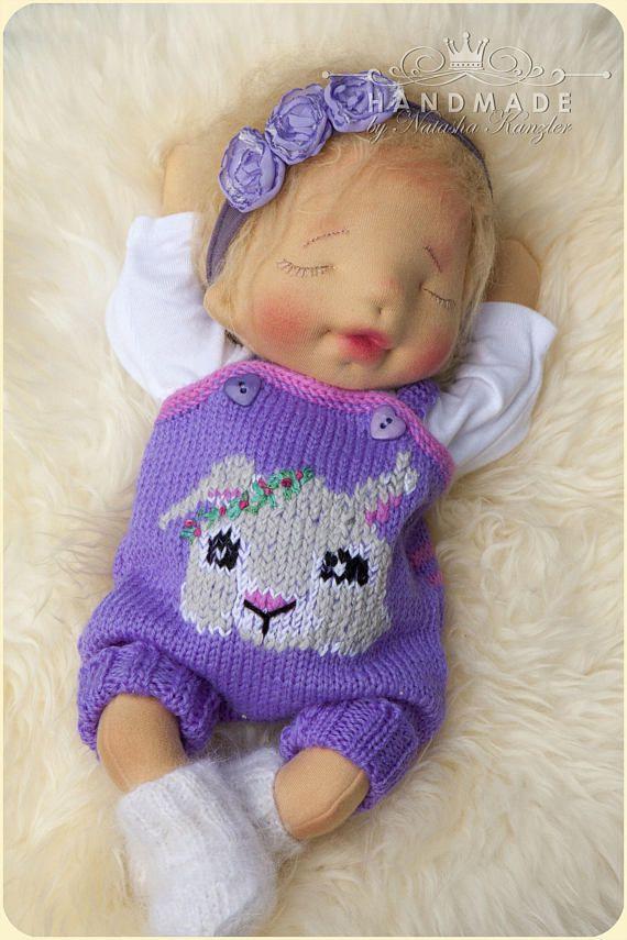 Verkocht. Deze baby is een 15-inch kiddy pop; De pop is gemaakt van schoon Nieuw-Zeelandse wol, katoenen tricot, geborduurde katoenen functies, haar haar is gemaakt van mohair. Hoofd, armen en benen zijn jointed met kunststof veiligheid gewrichten. De baby draagt een hand gebreide wollen vest, muts, jurk, top van de lange mouwen, broek, laarzen, en luier. U ontvangt van baby vervoerder en set van kleding als een geschenk van mij. Ideaal voor kinderen leeftijden 3 en hoger. Ik mijn poppen ...