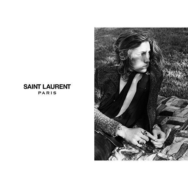 #THENAVYMAGAZINE 02. #Fashion: Hedi Slimane & Yves Saint Laurent _ 깡마른 소년들에게 스키니 진과 블랙 타이를 제공한 #에디슬리먼(#HediSlimane)은 #디올옴므(#DiorHomme)로 21세기 남성상을 바꿨다. #록(#rock) 음악과 #길거리(#street)의 #청년문화(#YouthCulture)와 만난 고급 남성복이란 에디 슬리먼 이전에 존재하지 않았다. 디올 옴므의 아티스틱 디렉터(artistic director)에서 물러난 그가 브랜드 이름까지 바꾸면서 다시 돌아온 곳이 #생로랑(#SaintLaurent)이란 것은 그래서 놀랍지 않다. 디올 옴므를 맡기 전, 첫 런웨이 컬렉션을 선보인 브랜드가 이브 생로랑이었다. 생전의 무슈 생로랑(Monsieur #YvesSaintLaurent)이 #톰포드(TomFord)의 이브 생로랑 데뷔 컬렉션을 보지 않고, 에디 슬리먼의 디올 옴므 컬렉션을 보러 갔다는 일화는 유명하다…