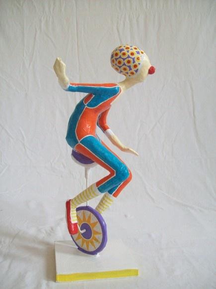Escultura em papel de palhaço montando um monociclo.                                                                                                                                                                                 Mais