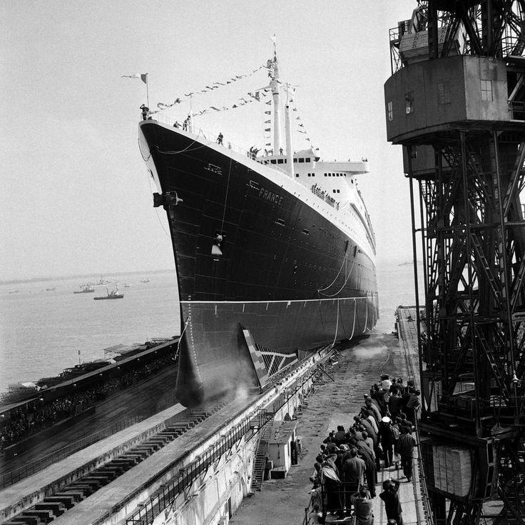 """Mise à flot du paquebot """"Le France"""" au chantier naval de Saint-Nazaire,  le 11/05/1960"""