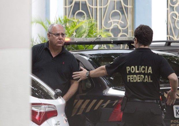 Saiba quem são os foragidos e presos na sétima fase da Lava Jato .  Entre detidos, está o ex-diretor de Serviços da Petrobras Renato Duque. Até as 11h, haviam sido cumpridos 18 mandados de prisão no país. http://g1.globo.com/politica/operacao-lava-jato/noticia/2014/11/saiba-quem-sao-os-foragidos-e-presos-na-setima-fase-da-lava-jato.html