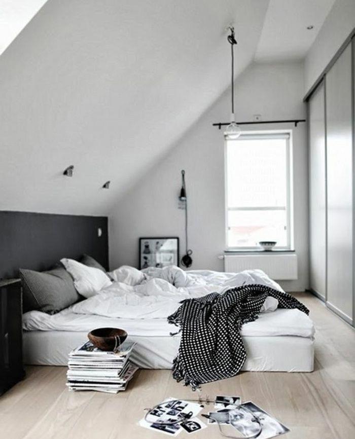 chambre mansardée, parquet clair, matelas posé à même le sol ...