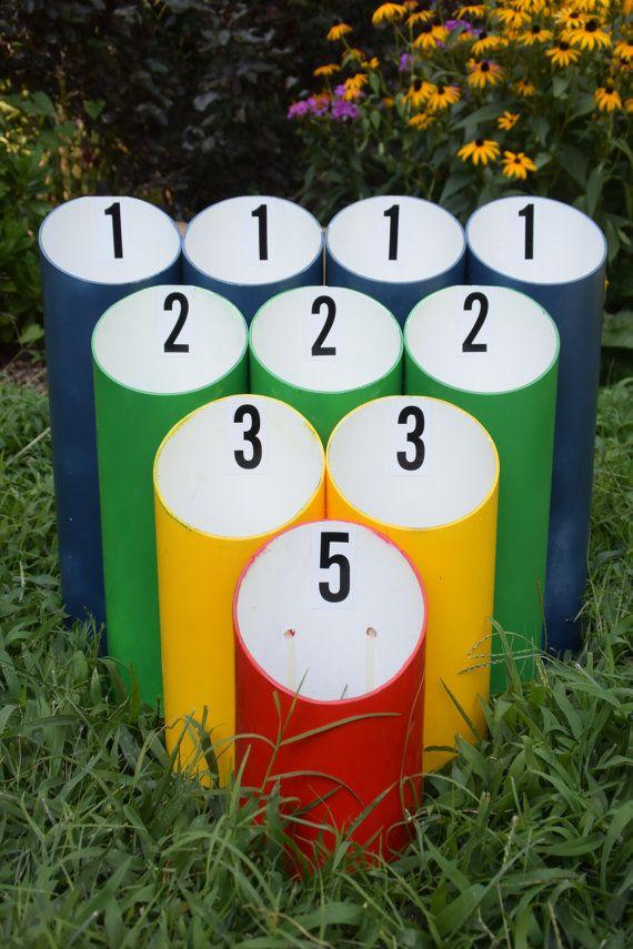 Dies ist ein lustiges und spannendes Spiel für alle Altersgruppen zu spielen im Freien (oder auch drinnen)! Dieses Spiel ist eine große Bereicherung für Familienfeiern, Hochzeiten, Grillfeste, Geburtstagsfeiern oder Partys jeglicher Art. Dies macht auch eine große Einweihungsparty Geschenk für das neue paar!  Es dauert eine Spritztour auf dem alten Skee-Ball-Spiel und fügt 10 x die Menge an Spaß. Dieses Spiel ist sehr anspruchsvoll, aber Sie können Schritt näher heran, wenn Sie es wünschen…