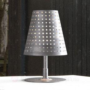 Bordlampen Fuse – egnet for bruk både ute og inne