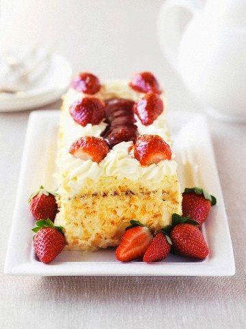Η τούρτα αμυγδάλου είναι λατρεμένη τούρτα! H σοκολάτα δεν «χωράει» στην τούρτα αυτήν, θα χρειαστείτε ένα αφράτο παντεσπάνι, μια πλούσια κρεμα ζαχαροπλαστικής, μια ντελικάτη σαντιγύ και άφθονο αμύγδαλο!
