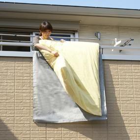 Amazon.co.jp : 東和産業 ふとん干し ふとん干しシート M : ホーム ... ベランダや外壁の汚れが気になる時にふとんを汚さず干せる!