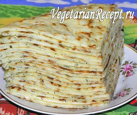 Балкарские хычины с сыром и картофелем-это — национальное и очень почетное блюдо карачаево-балкарской и ногайской кухни в виде очень тонкого пирога, скорее даже лепешки, с начинкой. При этом особенности приготовления хычинов у каждого народа свои. Балкарские раскатываются очень тонко и выпекаются на сухой сковороде, а карачаевские, наоборот, раскатываются потолще и жарятся в масле.