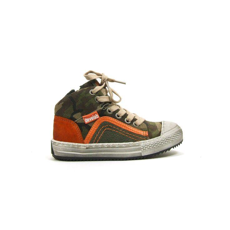 Camouflage printed boots van Develab, model 5728! Deze stoere jongens halfhoge boots hebben een rubber loopzool die doorloopt over de neus van de jongens schoenen. Hierdoor kunnen ze tegen een stootje.....of balletje! De boots zijn van leer uitgevoerd in deels leer en deels Nubuck leer. Groen wordt afgewisseld met knal oranje en de schacht van de boots is in een camouflage print.