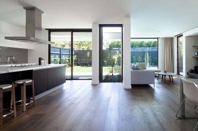 design moderne noir et blanc avec parquet flottant d'aspect plancher massif