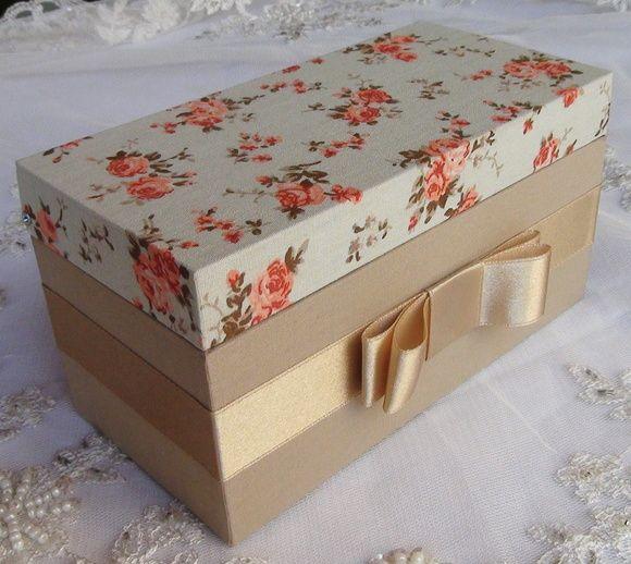 Caixa em MDF forrada com tecido 100% algodão. Detalhe em cetim. R$ 50,00