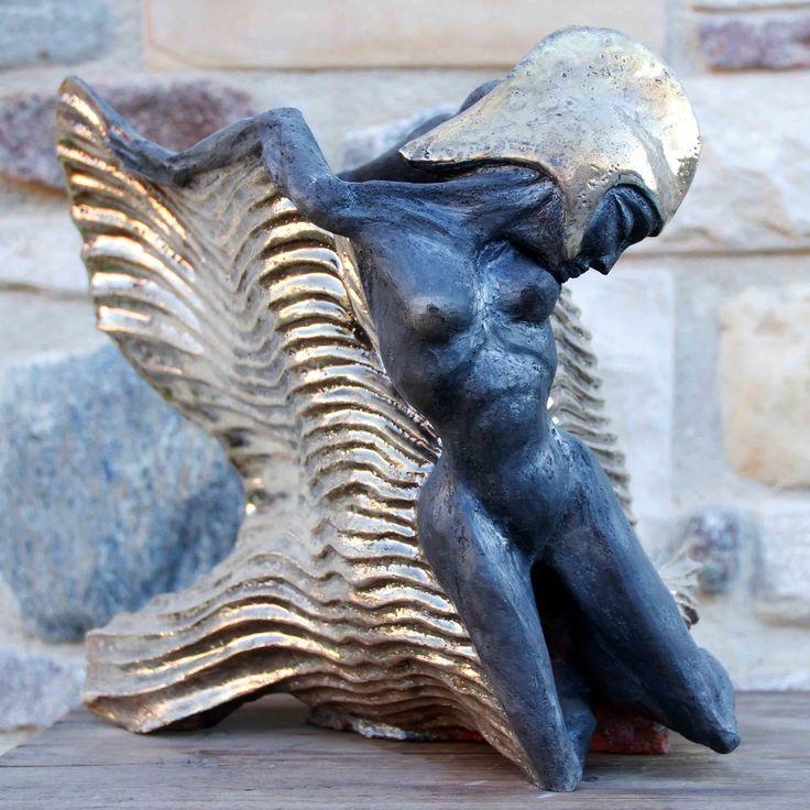 """Sculpture de femme aux inspirations elfiques : """"Ellfy"""". Oeuvre en céramique raku, avec nitrates d'argent et copper mat"""