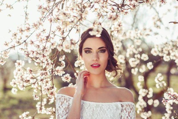 Крупным планом брюнетка невеста касаясь ее шеи Бесплатные Фотографии