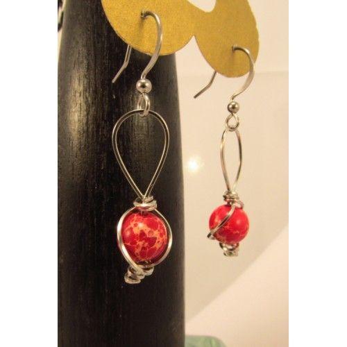 Boucles d'oreilles de jaspe d'empereur rouge, enjolivées d'un dessin clée de sol en fil d'acier inoxydable. Création Bijoux Cou de Coeur fabriquée à la main.