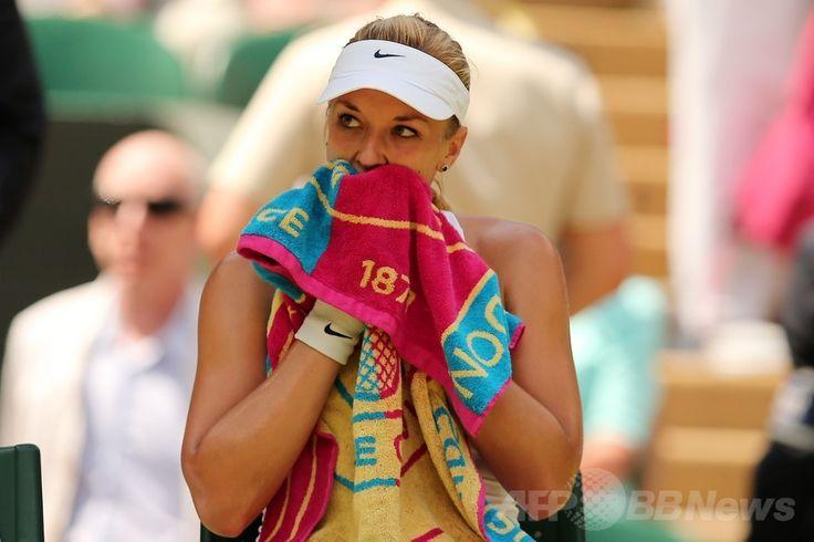 テニス、ウィンブルドン選手権(The Championships Wimbledon 2014)女子シングルス準々決勝。タオルで汗を拭くザビーネ・リシキ(Sabine Lisicki、2014年7月2日撮影)。(c)AFP/ANDREW YATES ▼3Jul2014AFP|ハレプが前回ファイナリストのリシキに快勝、ウィンブルドン初の4強 http://www.afpbb.com/articles/-/3019497 #The_Championships_Wimbledon_2014 #Sabine_Lisicki