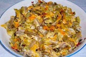 """Салат """"Обжорка"""" классический с курятиной. Ингредиенты: - 350 г маринованных огурцов, - 1 кг курятины (варим), - немного подсолнечного масла, - 4 морковки средней величины (жарим), - 4 средних по величине луковицы, - 200 г майонеза."""