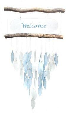 Mooie windgong met glazen blaadjes die vrolijk tinkelen in de wind en je ook nog welkom heten. Bestel snel bij huisentuinkado.nl