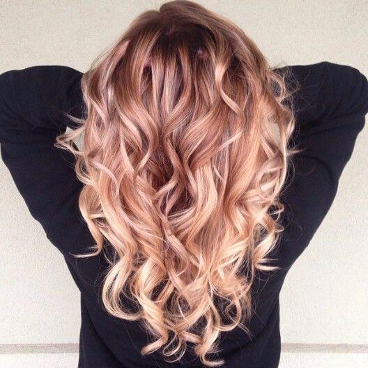 Blond fraise : la coloration cheveux de la rentrée