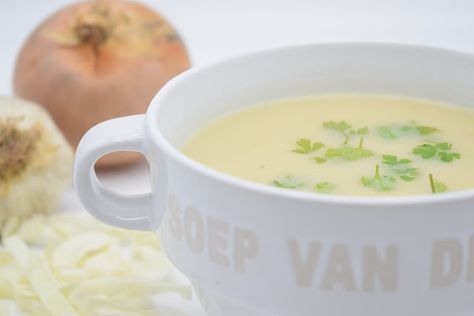Dominique's kitchen: Fluweelzachte spitskoolsoep - Creamy pointed cabba... FLUWEELZACHTE SPITSKOOLSOEP CREAMY POINTED CABBAGE SOUP Nieuwsgierig naar het recept? Klik op onderstaande foto. Curious for the recipe? Click on the picture below. #aardappelen #chickenstock #garlic #groentenbouillon #kippenbouillon #knoflook #melk #milk #mosterd #mustard #onion #pointedcabbage #potatoes #soep #soup #spitskool #ui #vegetablestock
