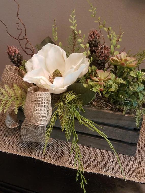 Magnolie und Sukkulente in Holzkiste, rustikales Herzstück, Bauernmittelstück, …   – decorating