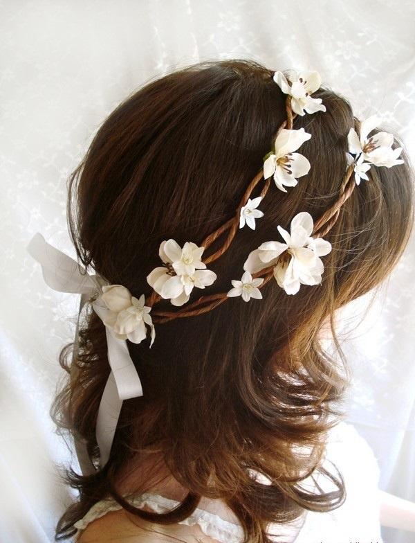 Nada ressalta mais o romantismo e a feminilidade como as flores.  Combine com um vestido leve e sinta as boas energias da natureza vibrarem por você. www.facebook.com/blacktienoivas