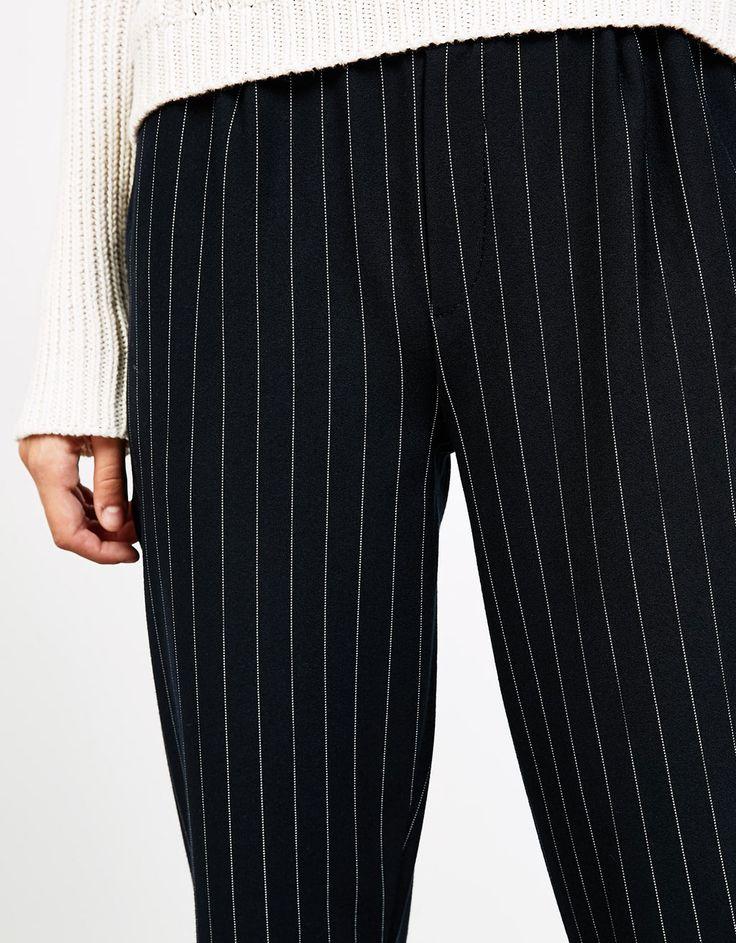 Pantalon tailoring jogger pinces. Découvrez cet article et beaucoup plus sur Bershka, nouveaux produits chaque semaine.