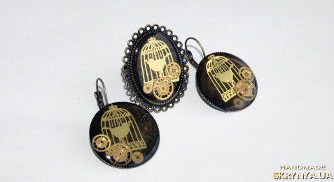 Винтажный набор кольцо и серьги «Птичка золотая»  Часовые механизмы и фурнитура под эпоксидной смолой. Цвет основы – латунь. 3,5х2,5 см кольцо 2,5 см серьги