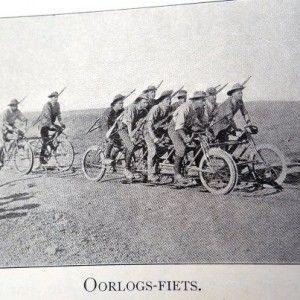 'n Oorlogs-fiets. Dit kon ook op spoorlyne ry.