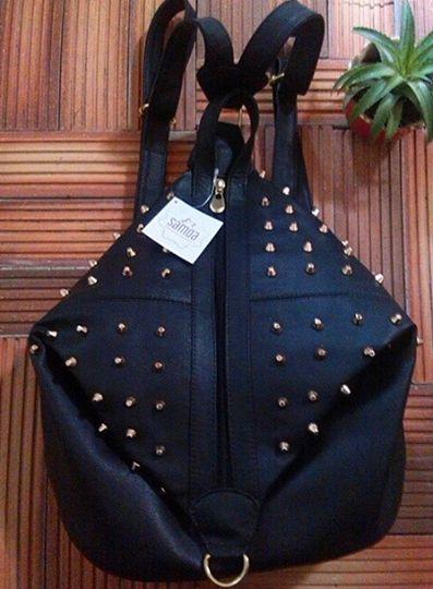 Morral negro en cuero sintético color negro. Ref Lobelia.Alto: 37cm Ancho: 32 cm.